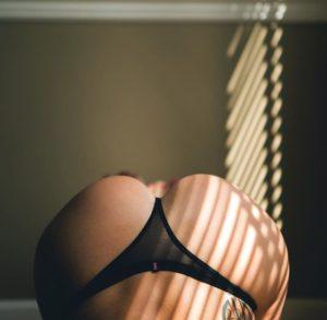 belle femme sexy en string dans le 60 partage photo