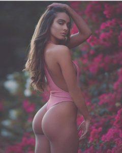 en string dans le 60 femme sexy montre son cul
