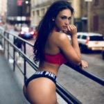 en string dans le 85 femme sexy montre son cul