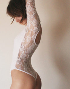 fille sexy qi s'exhibe en string dans le 85
