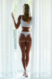 jolie femme du 23 exhib son cul en photo