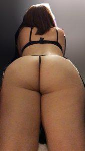 jolie femme du 53 exhib son cul en photo