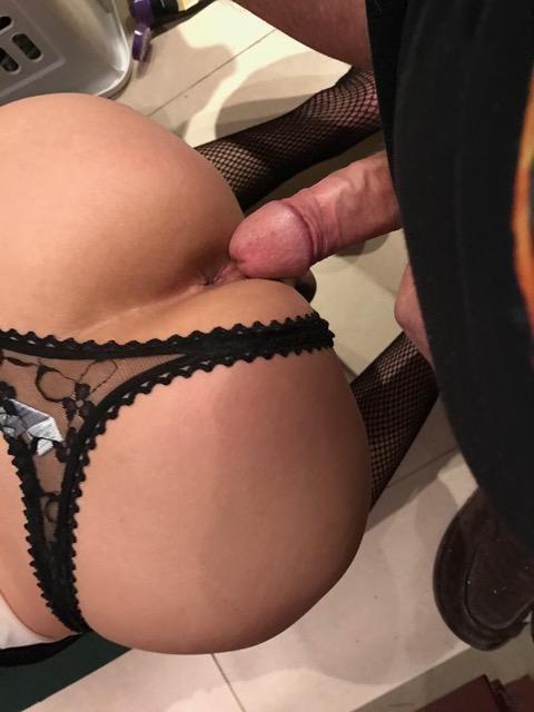 en string dans le 06 femme sexy montre son cul